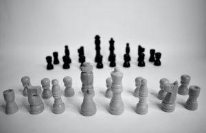 Conoce cómo llevar a cabo la mediación de un conflicto en tu oficina, aprendiendo los pasos para la resolución de conflictos entre dos compañeros.